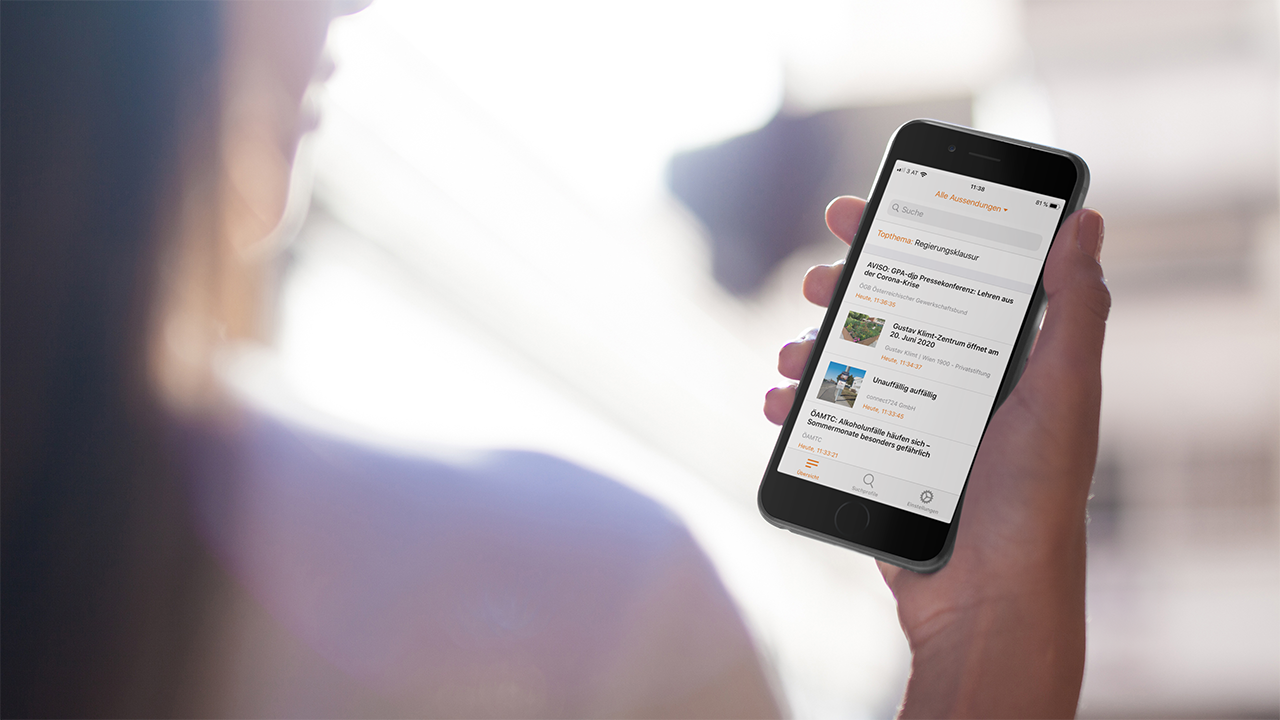 Frau mit iPhone für APA-OTS App