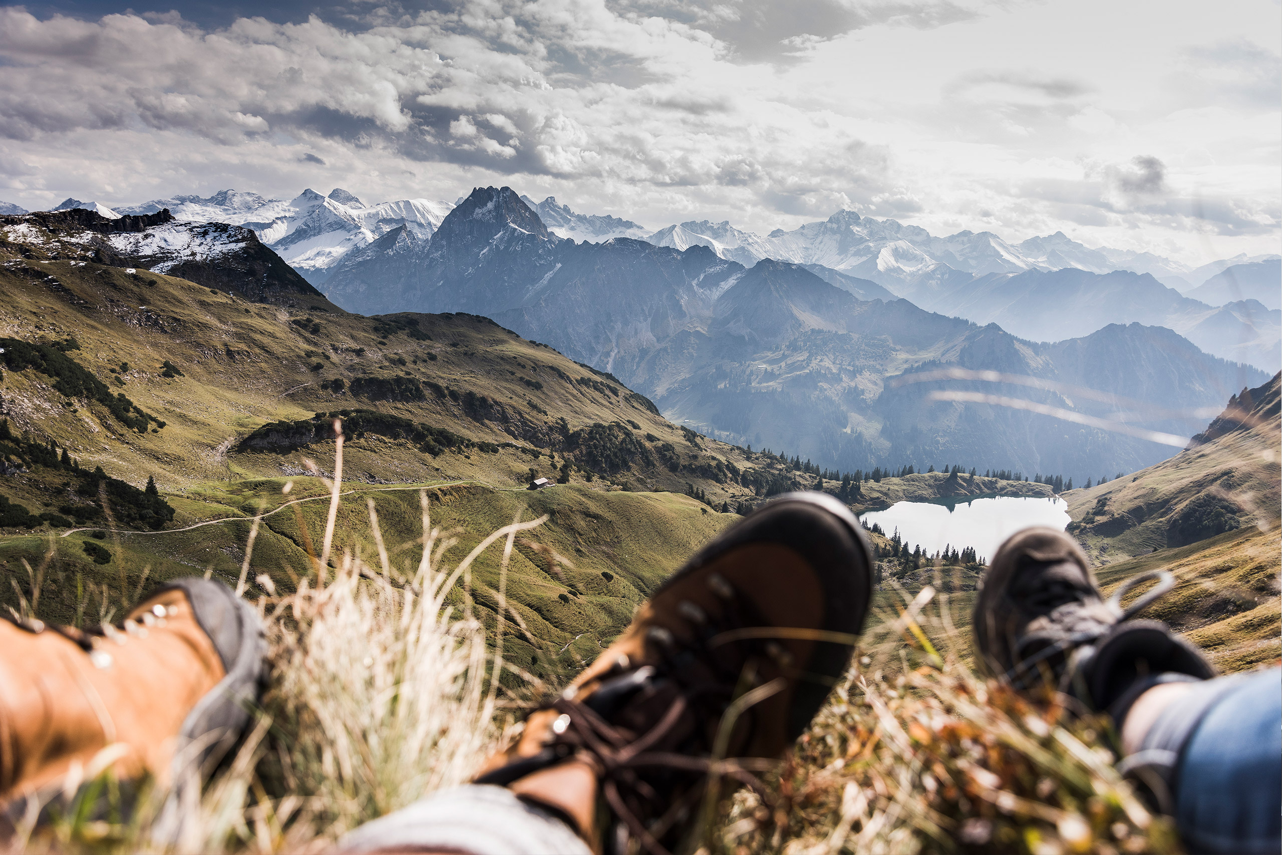Füße von Wanderer vor Bergpanorama für Ihre Vorteile der MBO