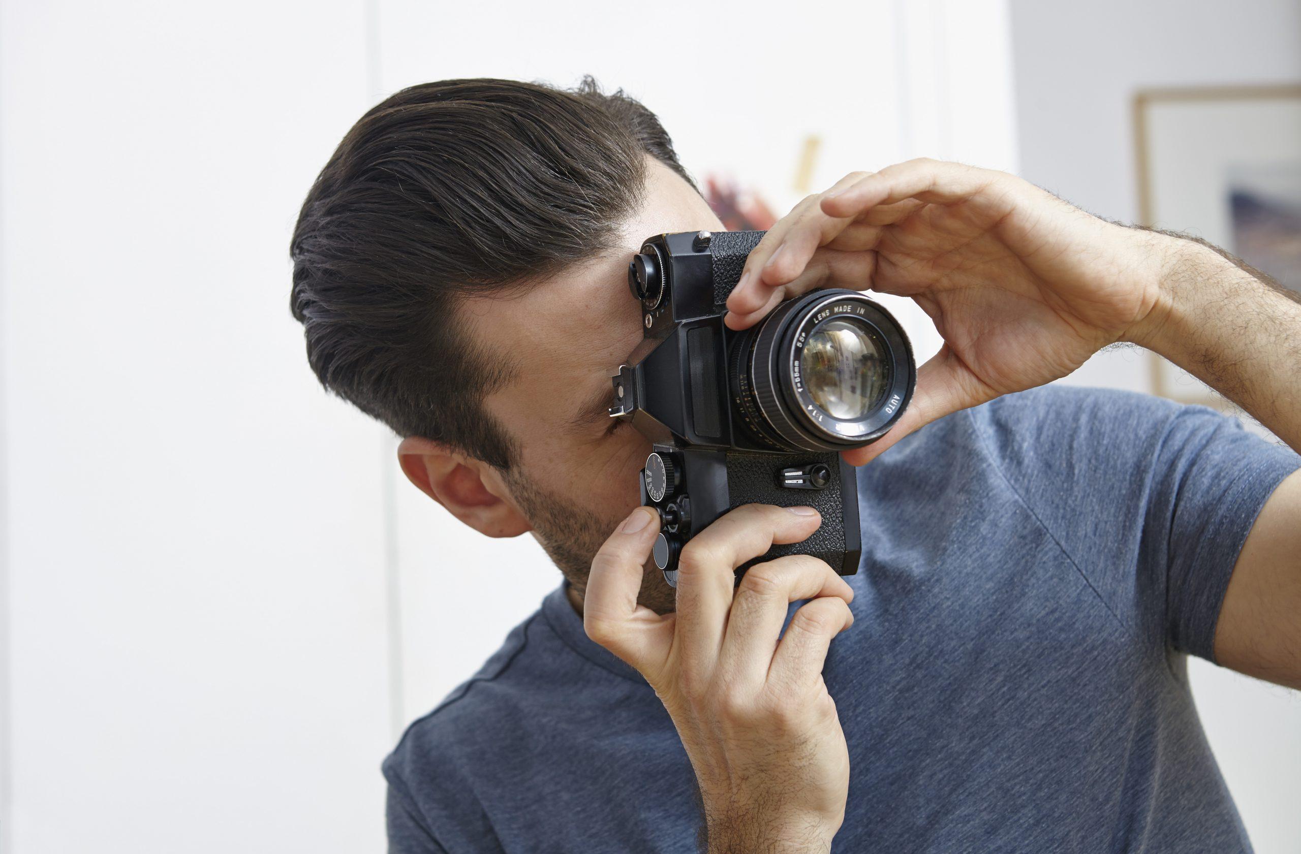 Mann hinter Kamera für Ihre Vorteile mit APA-Fotoservice