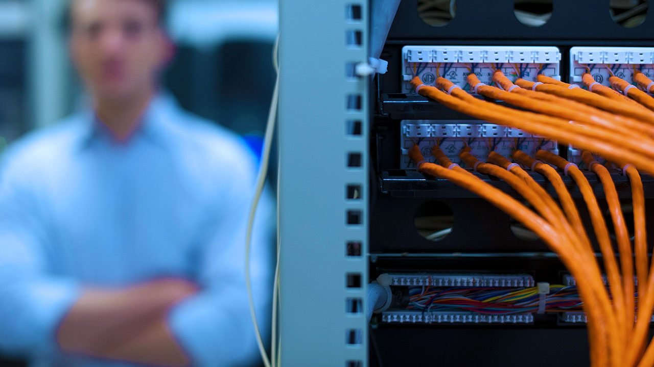Detailaufnahme von Computerkabeln im Serverraum für Disaster Recovery as a Service