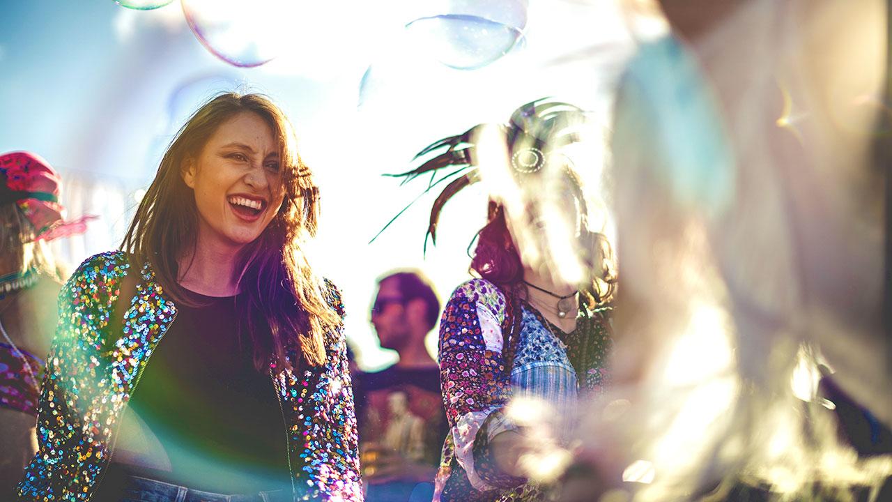 Tanzende Frau Festival für Eventfotografie