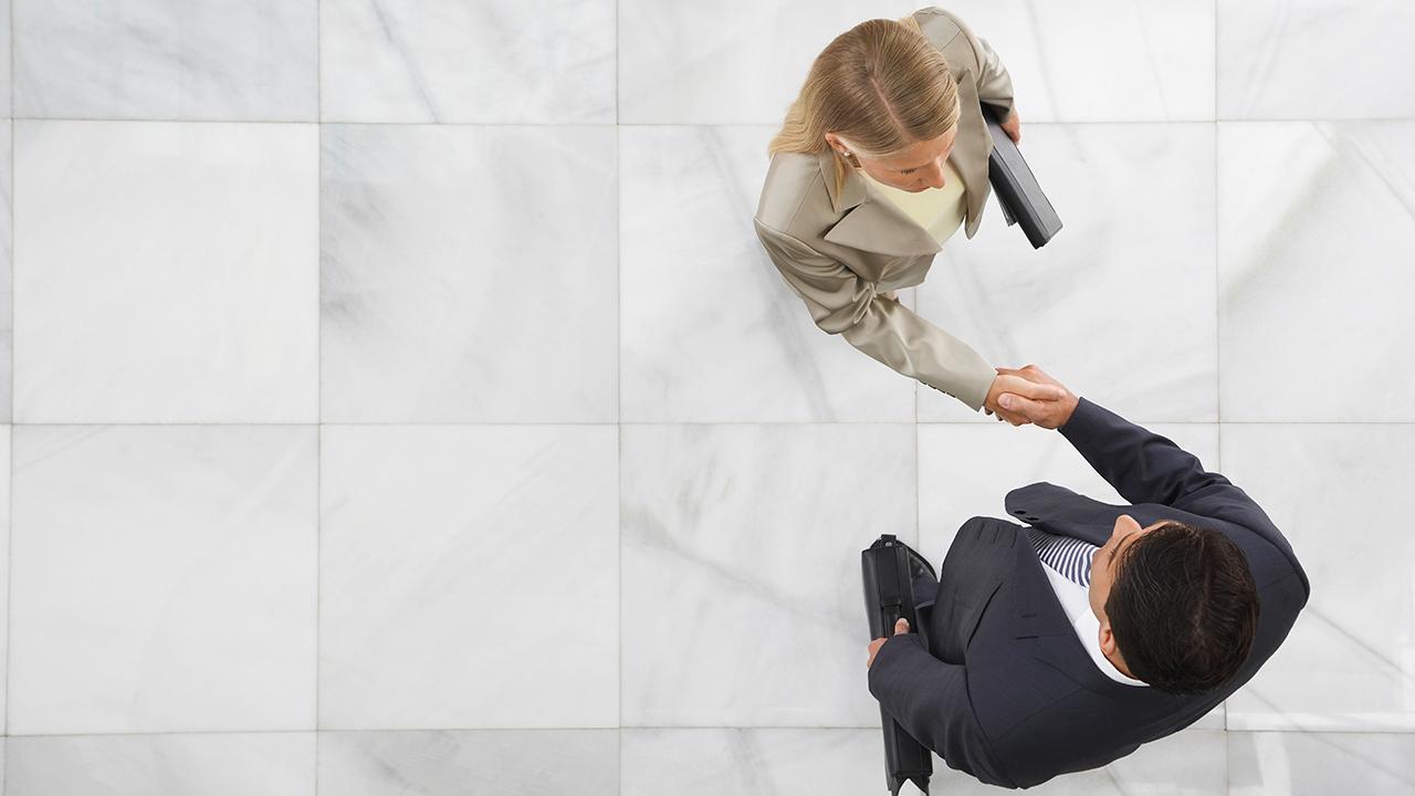 Geschäftsleute Händeschütteln für Journalistendaten