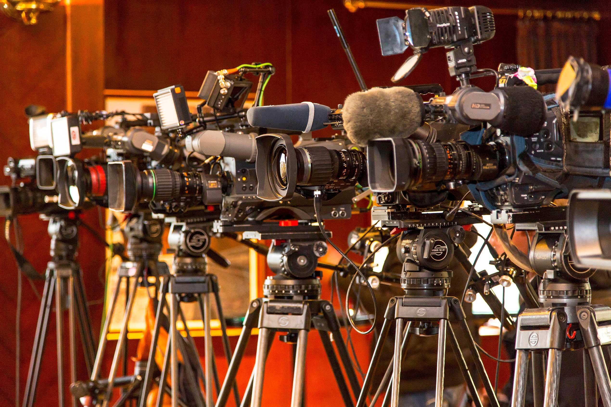 Pressekameras auf Stativen für APA-Live