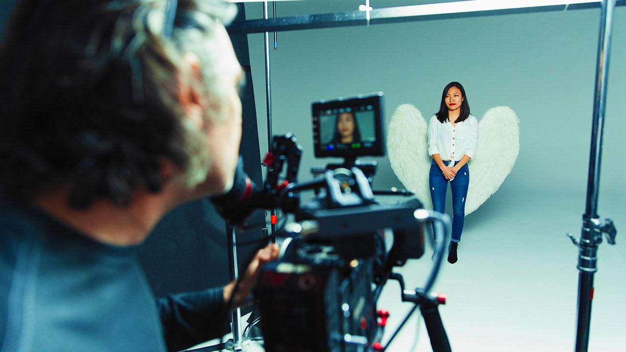 Fotoshooting mit Frau mit Engelsflügel für Auftragsfotografie