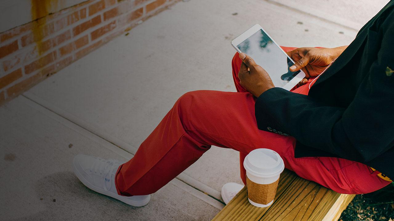 Sitzender Mann mit Smartphone für Digitales Publizieren