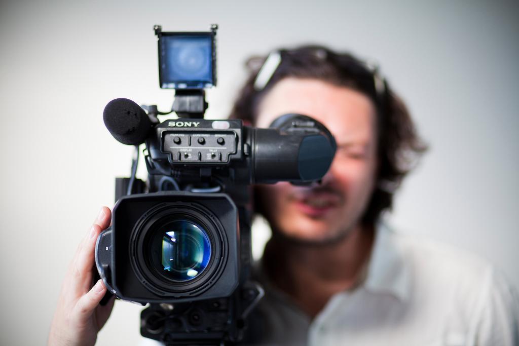 Kameramann hinter Kamera für Videoservies