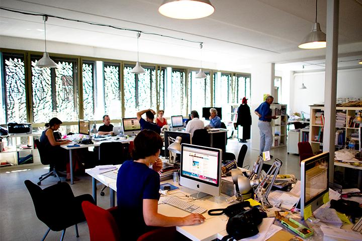 Journalisten und Journalistinnen bei der Arbeit für digitale Tools