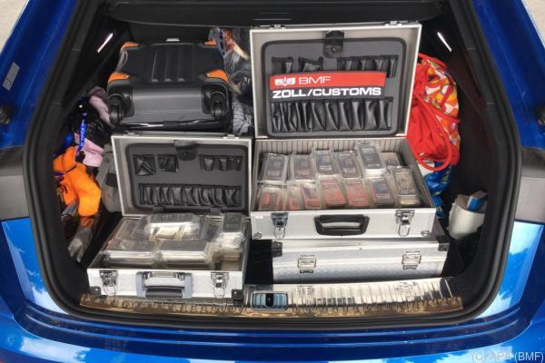 Auf dem Bild sieht man das Gold und Silber im Kofferraum des Autos der tschechischen Familie.
