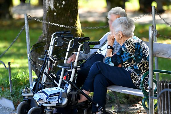 Auf dem Foto sieht man 2 Pensionistinnen auf einer Parkbank sitzen.