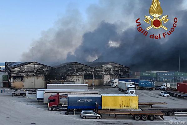 Auf dem Foto sieht man abgebrannte Lagerhallen im Hafen von Ancona.