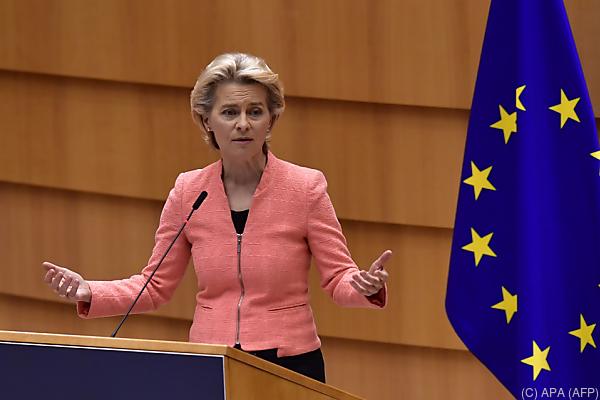 Auf dem Bild sieht man die EU-Kommissions-Präsidentin Ursula von der Leyen.