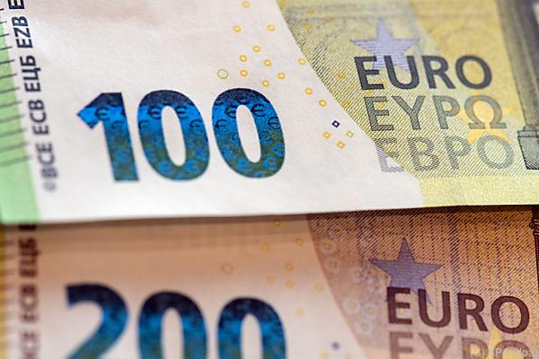 Auf dem Foto sieht man einen 100-Euro-Geldschein und einen 200-Euro-Geldschein.
