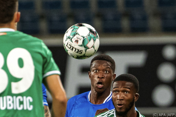 Auf dem Foto sieht man Spieler von Rapid und von Gent. Sie kämpfen gerade um den Ball.