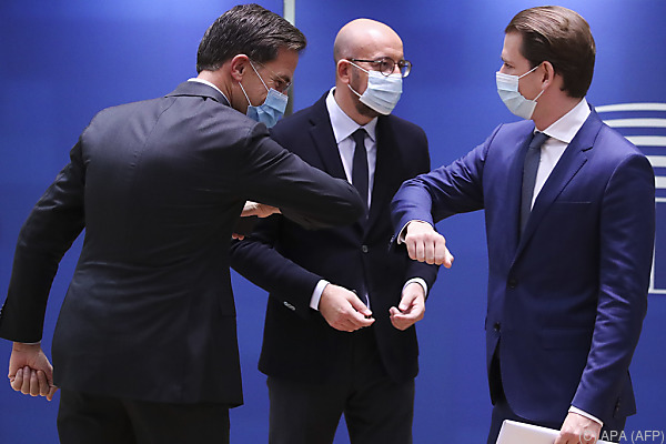 Auf dem Foto sieht man Bundeskanzler Sebastian Kurz mit 2 andern Politikern. Sie begrüßen sich mit den Ellenbögen.