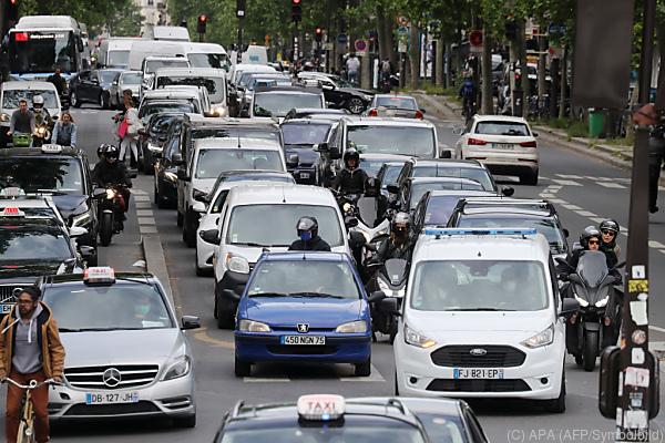 Auf dem Bild sieht viele Autos im Straßenverkehr von Paris.