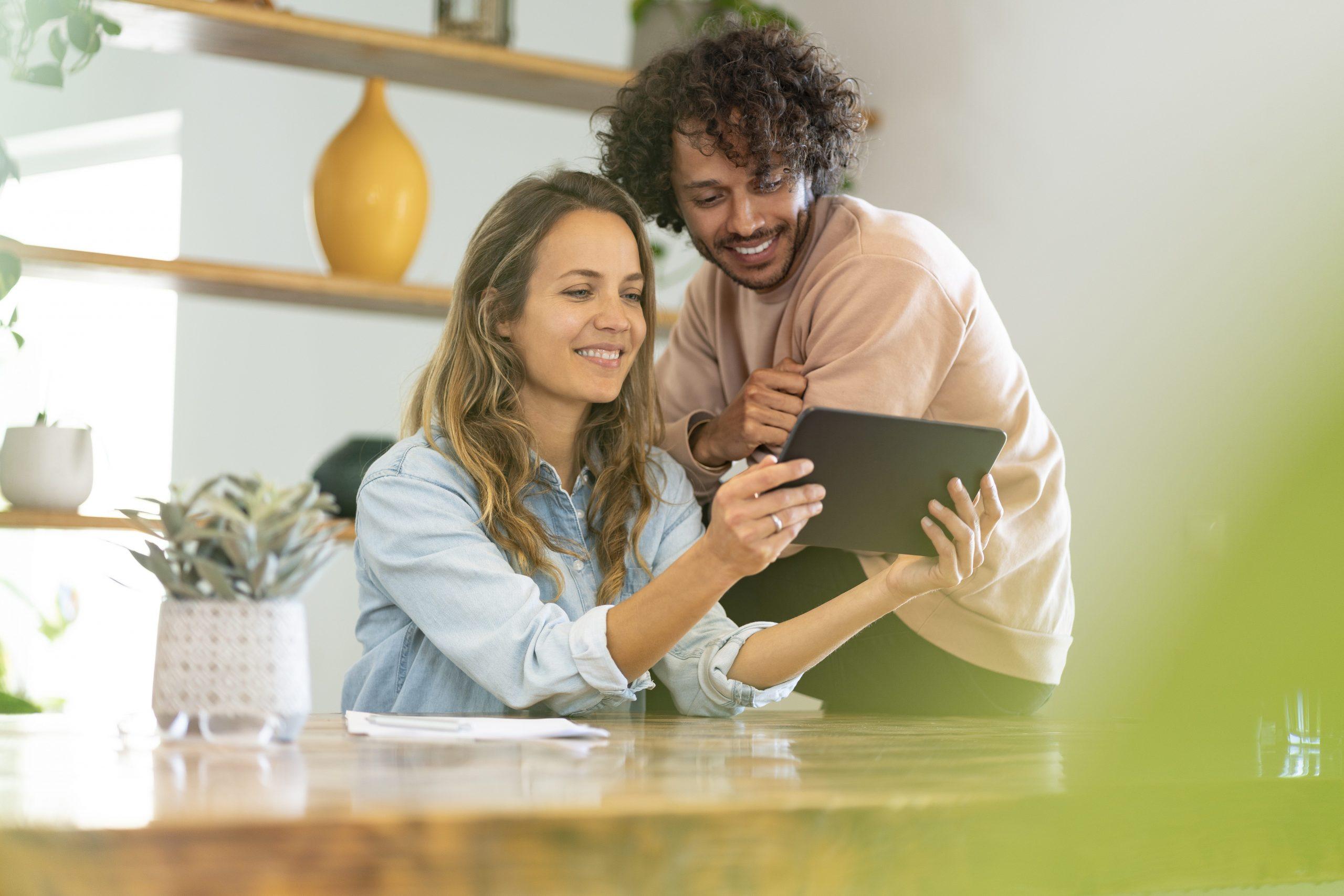 Mann und Frau mit iPad zuhause