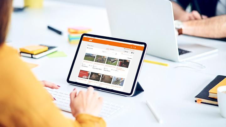 Tablet zeigt APA-OTS Videos für Videoproduktion und Verbreiten
