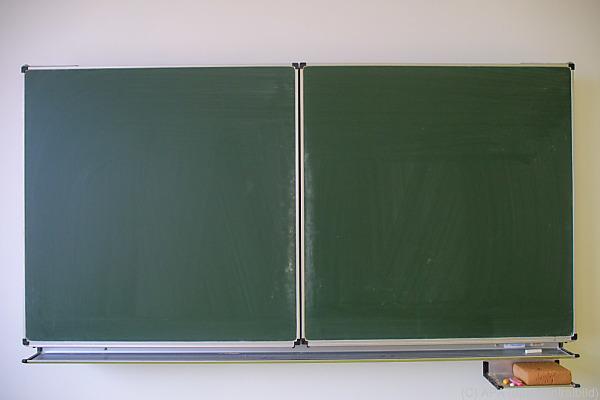 Auf dem Bild sieht man eine Tafel in einem Klassenzimmer.