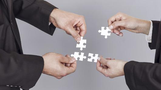 Haende mit einzelnen Puzzleteilen für Erweiterungsmodul Meidenbeobachtung