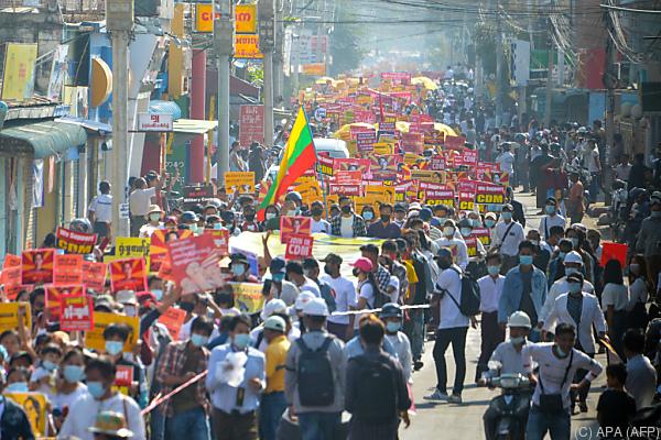 Auf dem Bild sieht man viele Demonstranten. Sie demonstrierten gegen das Militär in Myanmar.