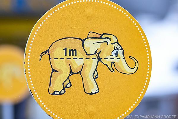 Auf dem Bild sieht man ein Schild, auf dem ein Baby-Elefant zu sehen ist. Damit will man die Abstands-Regel als Corona-Maßnahme darstellen.