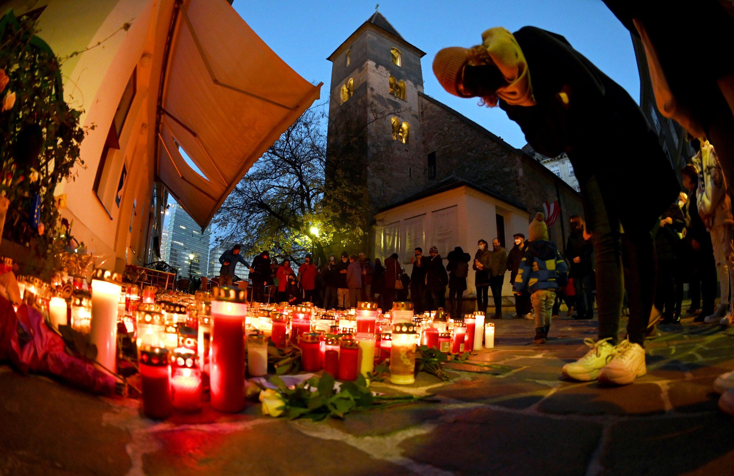 Menschen vor einem Kerzen- und Blumenmeer an einem der Tatorte vor der Ruprechtskirche in der Wiener Innenstadt am Samstag, 7. November 2020. Bei einem Terroranschlag am Montag in Wien waren vier zivile Todesopfer zu beklagen.