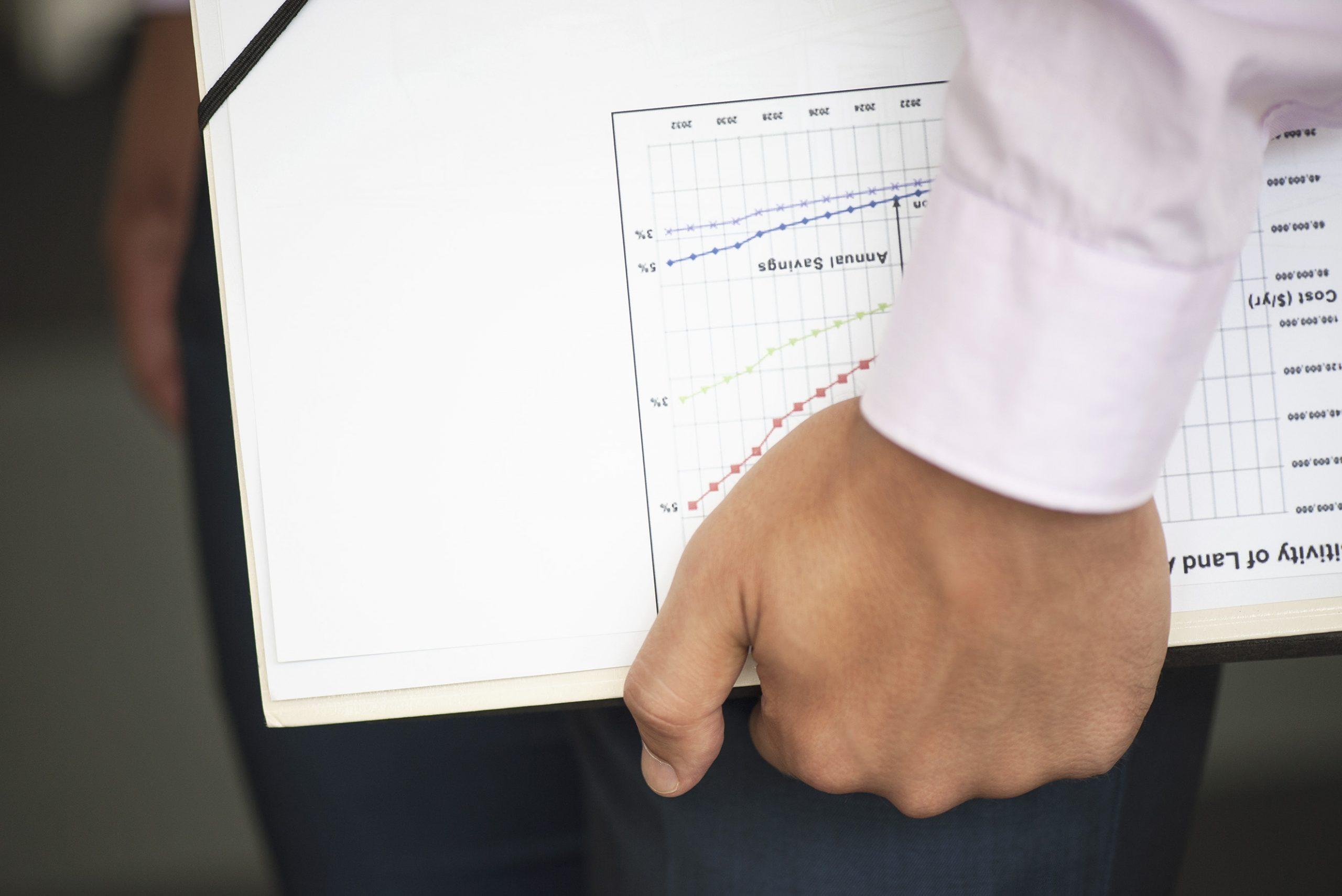 Business Mann mit Börsenmarkt Analyse in der Hand