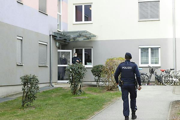 Auf dem Bild sieht man einen Polizisten vor dem Wohn-Haus der Familie in Graz