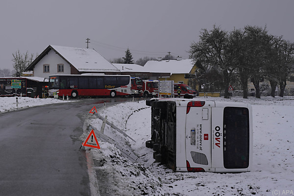 Auf dem Bild sieht man den Bus. Er liegt auf der Seite in einem Straßengraben.