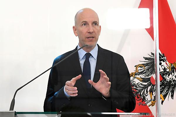 Auf dem Bild sieht man Arbeitsminister Martin Kocher.