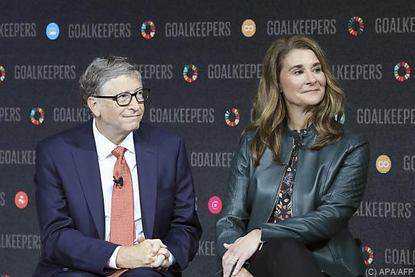 Auf dem Bild sind Bill und Melinda Gates zu sehen. Sie sitzen nebeneinander.