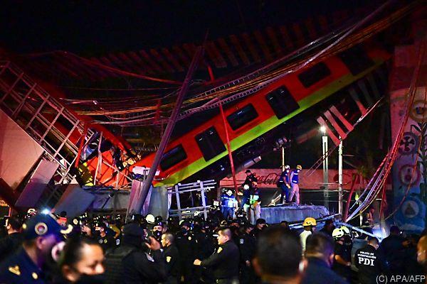 Auf dem Bild sieht man die eingestürzte U-Bahn-Brücke und eine herabgefallene U-Bahn in Mexiko.