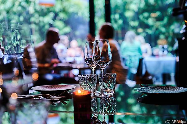 Auf dem Foto sieht man Menschen in einem Restaurant sitzen.