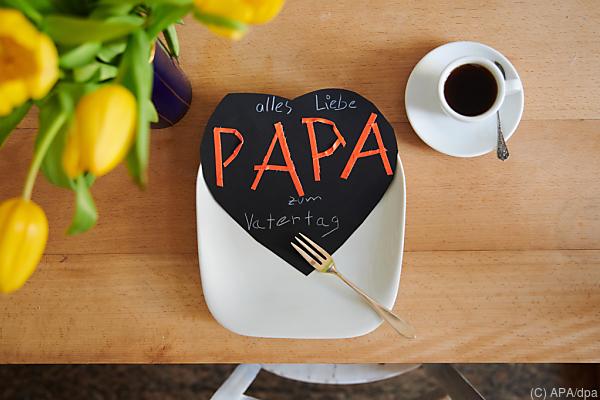 Auf dem Bild sieht man ein selbst gemachtes Papierherz, auf dem Papa steht.