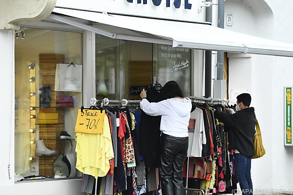 Auf dem Foto sieht man 2 Frauen beim Einkaufen von Kleidung.
