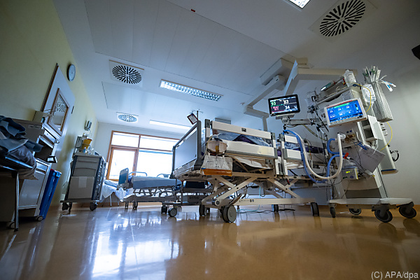 Auf dem Foto sieht man eine Intensivstation in einem Krankenhaus.