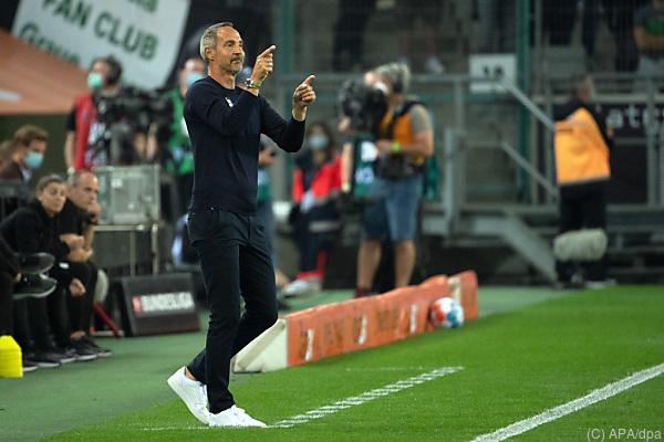 Auf dem Foto sieht man Adi Hütter am Spielfeldrand bei einem Fußball-Spiel.