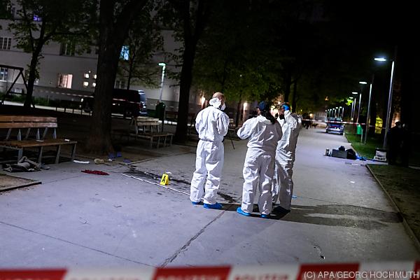 Auf dem Bild sieht man Mitarbeiter von der Spurensicherung am Tatort.