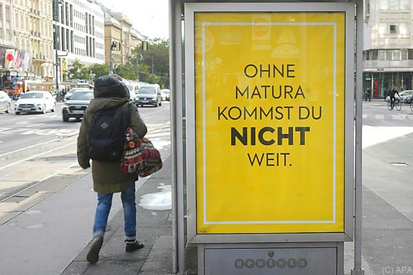 """Auf dem Bild sieht man eines der Billa-Plakate. Auf dem Plakat steht: """"Ohne Matura kommst du NICHT weit""""."""