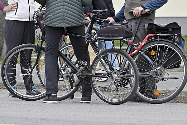 Auf dem Bild sieht man mehrere Personen mit ihren Fahrrädern.